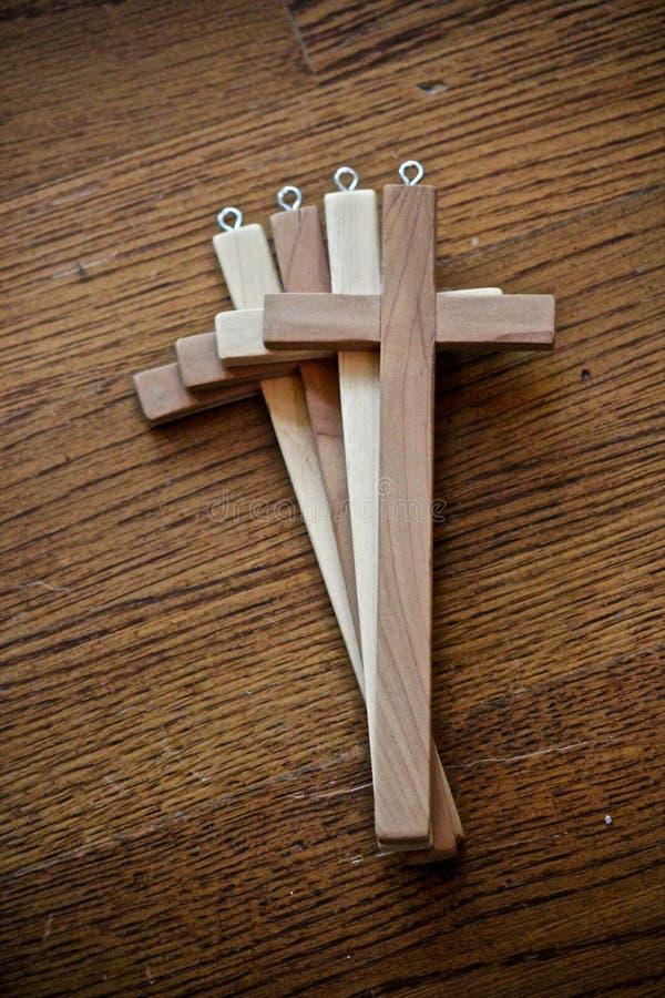 Vier hölzerne Kreuze stockfotografie