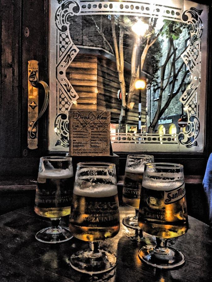 Vier halbe Liter Bier vor Kneipenfenster in London lizenzfreie stockfotos