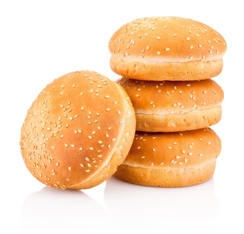 Vier Hamburgerbrötchen mit dem indischen Sesam lokalisiert auf weißem Hintergrund lizenzfreies stockfoto