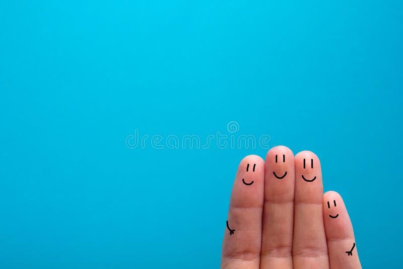 Vier het glimlachen vingers die zeer gelukkig vrienden zijn te zijn royalty-vrije stock foto