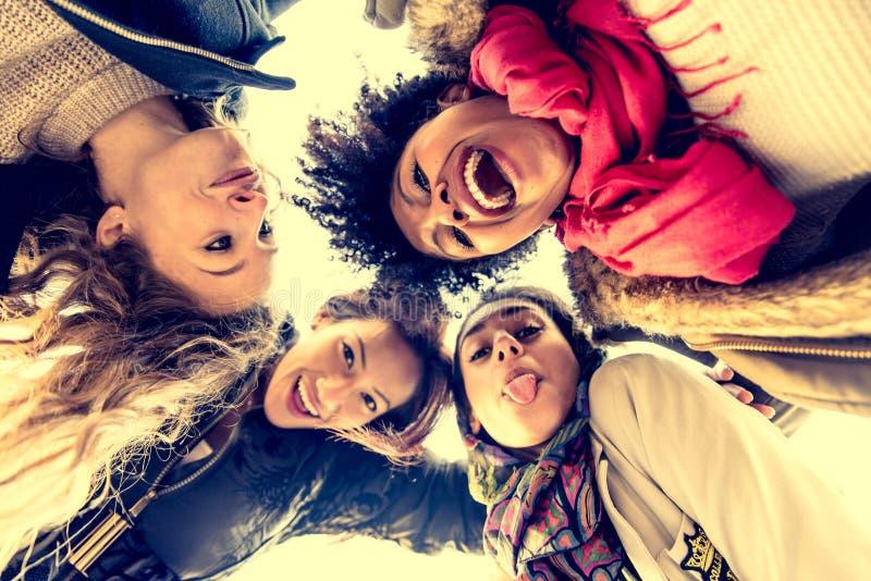 Vier het jonge mooie meisjes glimlachen stock foto's