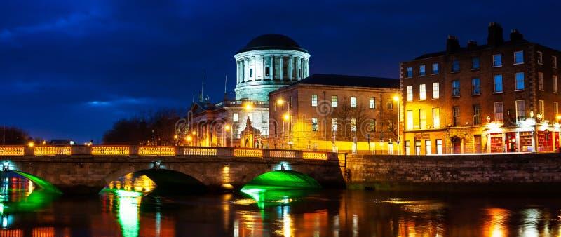 Vier Hof die Dublin, Ierland bij nacht inbouwen royalty-vrije stock fotografie