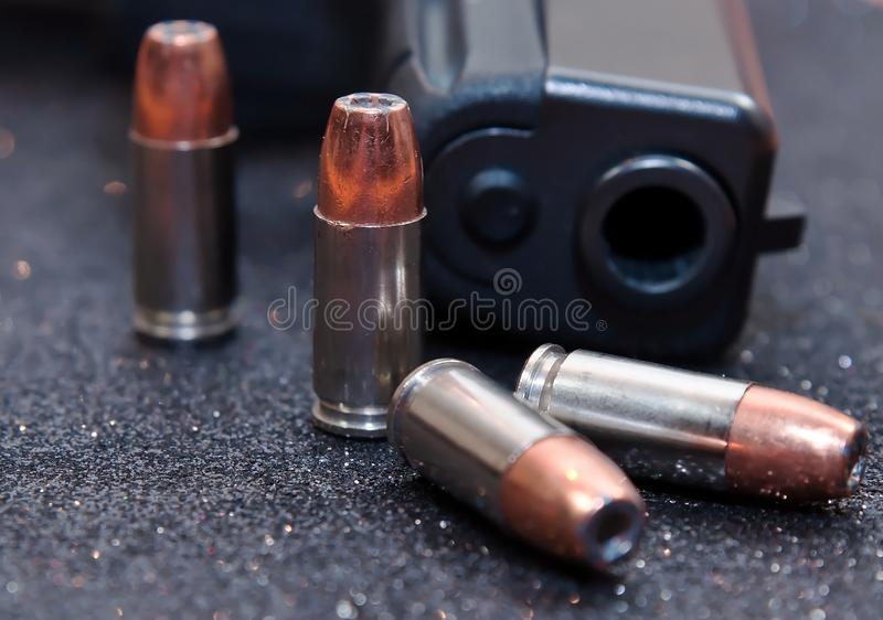 Vier holle puntkogels met een zwart pistool royalty-vrije stock fotografie