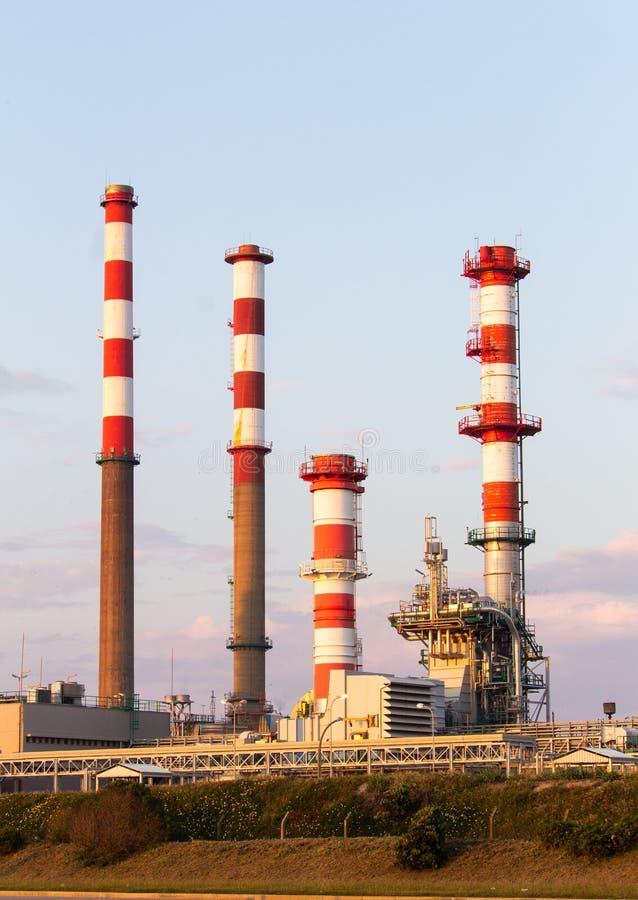 Vier Industriële Raffinaderijtorens stock afbeeldingen