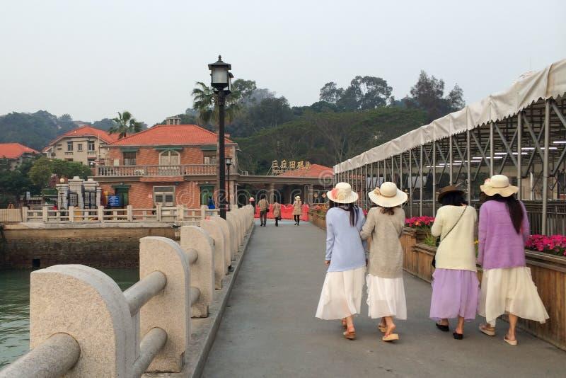 Vier jonge dames die op een werf in Gulangyu-eiland in Xiamen-stad, China lopen royalty-vrije stock foto's