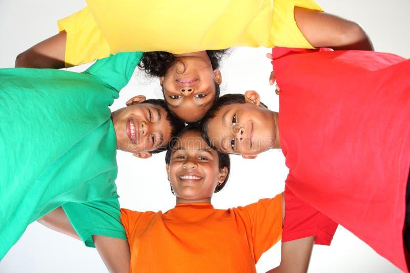 Vier jonge schoolvrienden die pret hebben samen royalty-vrije stock foto's