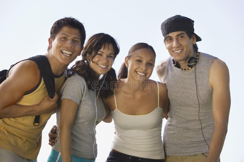 Vier jonge volwassenen in openlucht. stock foto