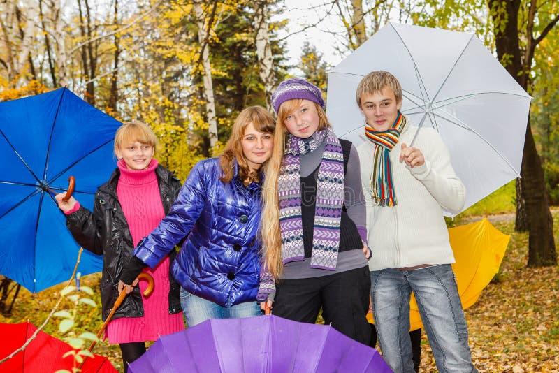 Vier Jugendliche im Herbstpark lizenzfreie stockbilder