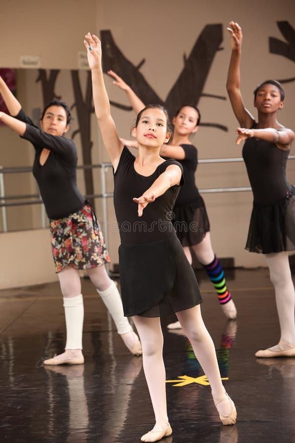 Vier junge Ballett-Kursteilnehmer lizenzfreie stockbilder