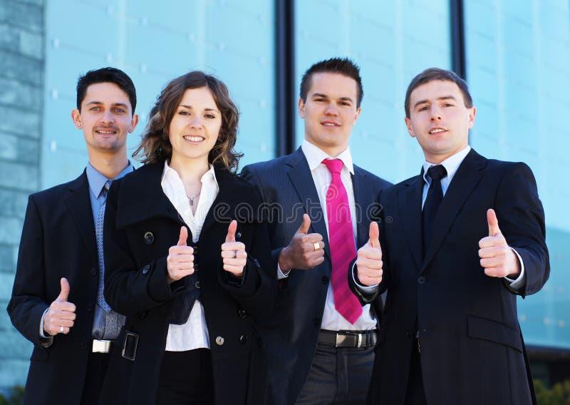 Vier junge businesspersons in der formalen Kleidung stockbilder