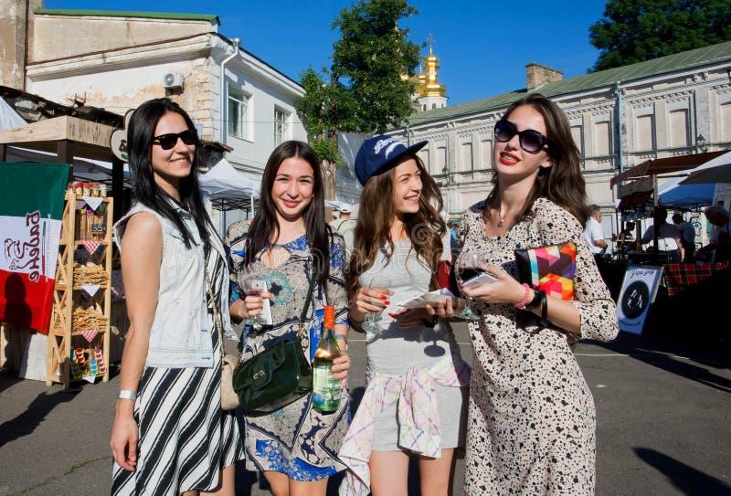 Vier junge Frauen mit Gläsern stockbild