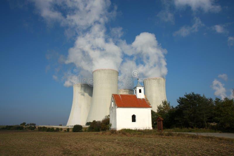 Vier Kühltürme Atomkraftwerk lizenzfreies stockfoto