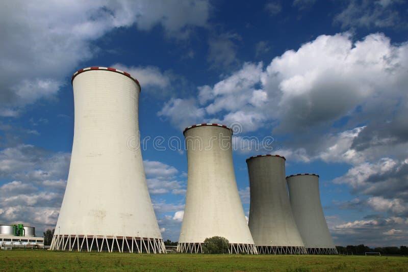 Vier Kühltürme Kohleenergieanlage stockbild