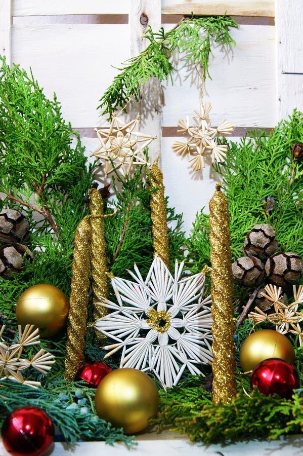 Vier kaarsen en Kerstmisdecoratie stock afbeelding
