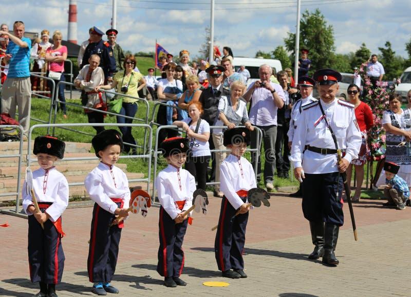 Vier kadetten en de Kozak bij een internationaal festival stock afbeelding