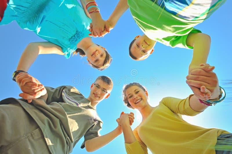 Vier Kinder, die Hände anhalten lizenzfreies stockbild