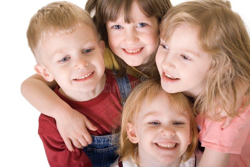 Vier Kinder, die von oben umarmen stockfoto