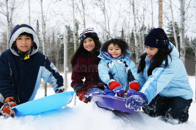Vier Kinder, die Winter genießen stockfotos