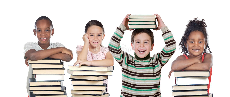 Vier Kinder mit vielen Büchern lizenzfreie stockfotografie