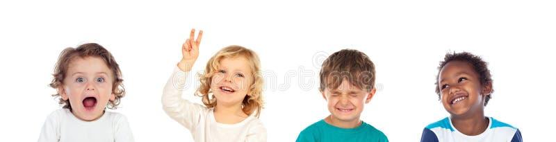 Vier kinderen die verschillende uitdrukkingen maken stock fotografie