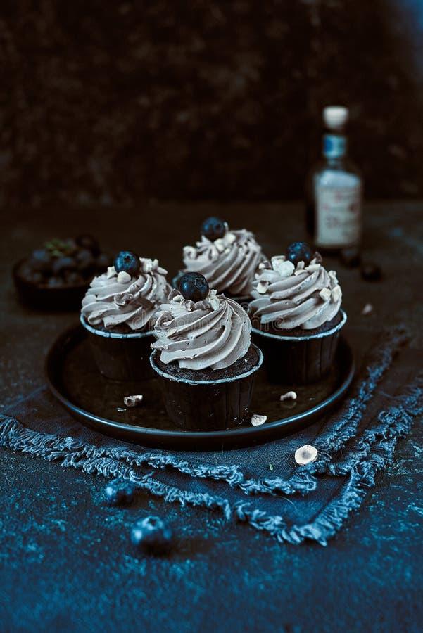 Vier kleine Kuchen mit Blaubeer- und Haselnussblau lizenzfreie stockfotos