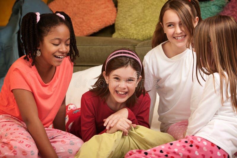 Vier kleine Mädchen stockfotos