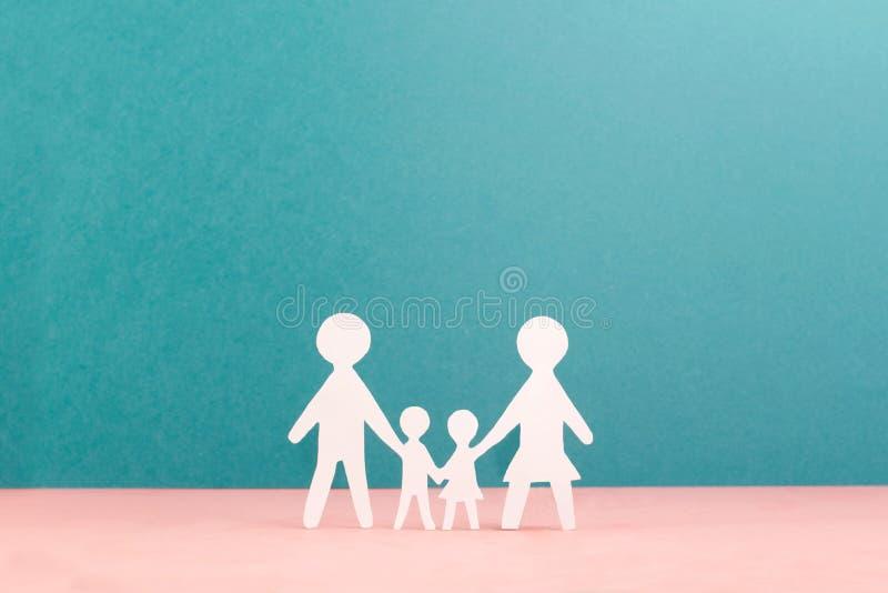 Vier kleine mensen in het geven handen stock foto