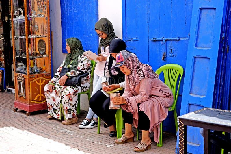 Vier kleurrijke Arabische vrouwen in Medina van Essaouira royalty-vrije stock fotografie