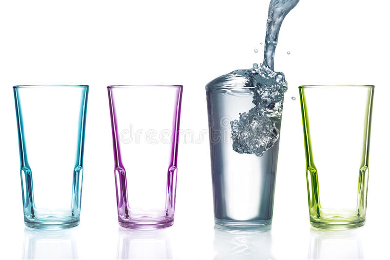 Vier kleurrijke het drinken glazen, met water royalty-vrije stock fotografie