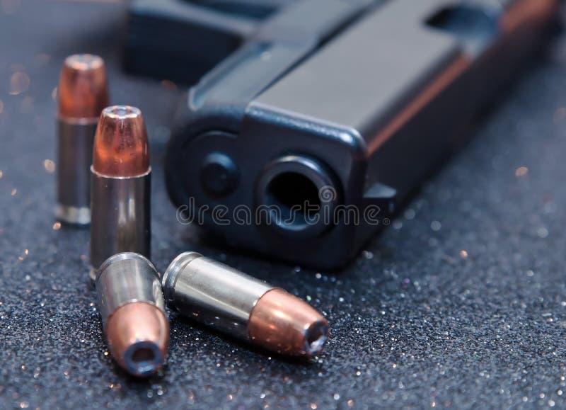 Vier kogels met een zwart pistool royalty-vrije stock afbeeldingen
