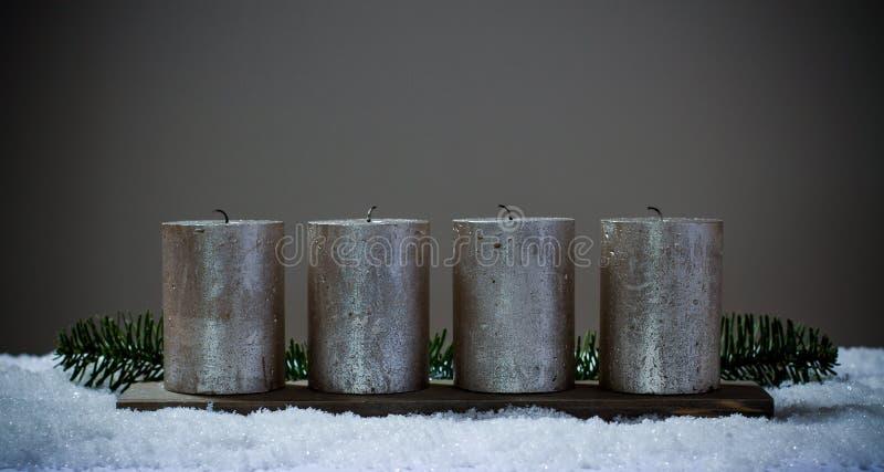 Vier komstkaarsen die zonder brand worden ontruimd royalty-vrije stock afbeeldingen