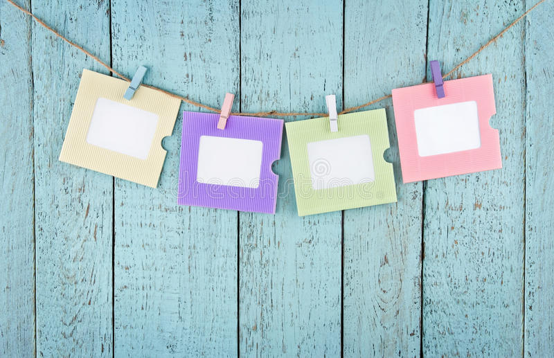 Vier leere Fotorahmen, die mit Wäscheklammern hängen stockfotos