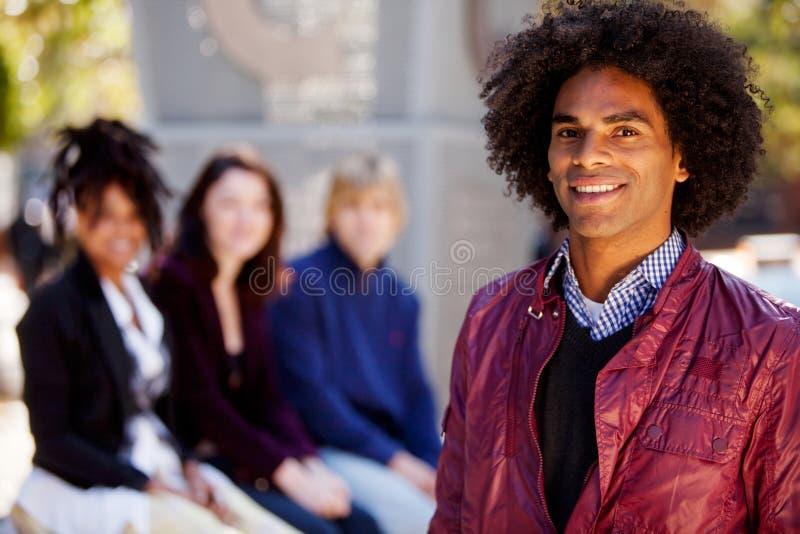 Vier Leute mit einem Mann als Schwerpunkt stockfotografie