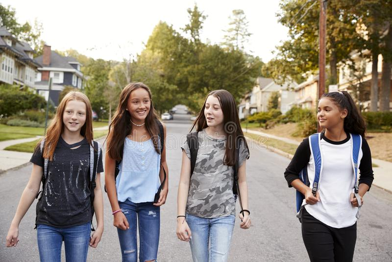 Vier Mädchen des jungen jugendlich, die oben in die Straße, Abschluss gehen stockbilder