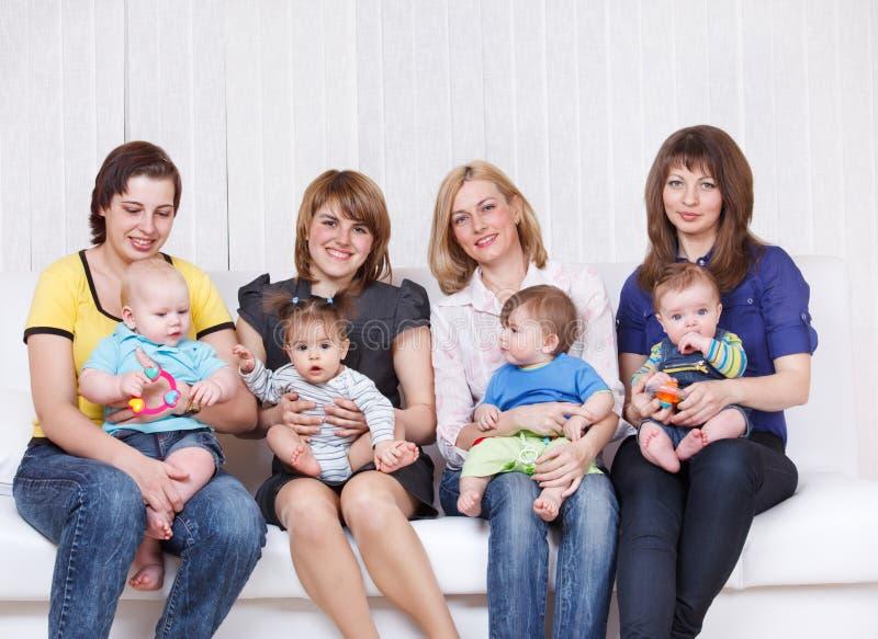 Vier Mütter mit Kleinkindern lizenzfreies stockfoto