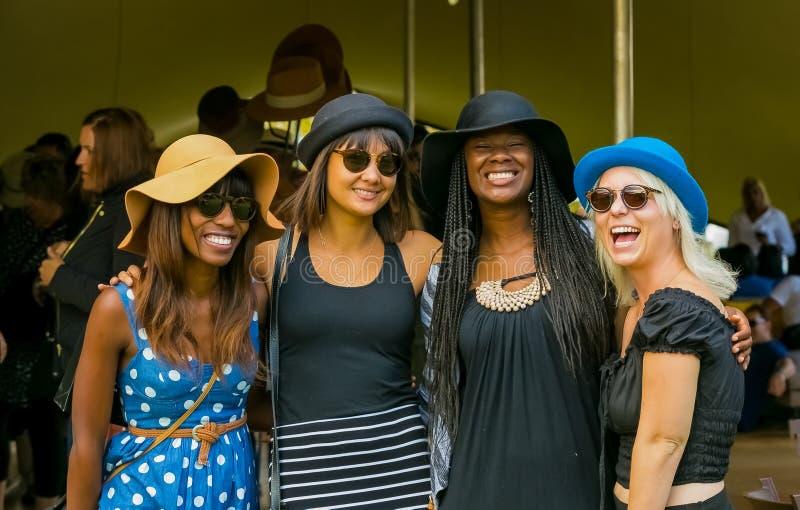 Vier meisjes die voor de camera glimlachen royalty-vrije stock afbeeldingen