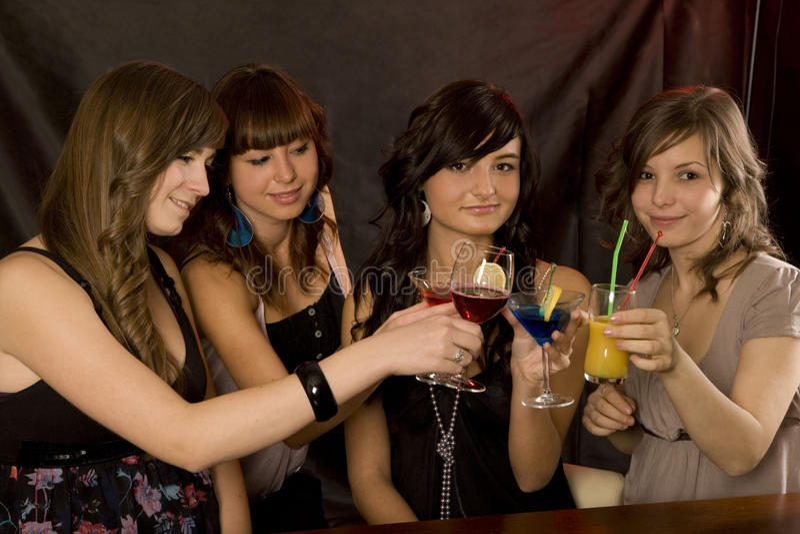 Vier meisjes met gekleurd coctail royalty-vrije stock foto's