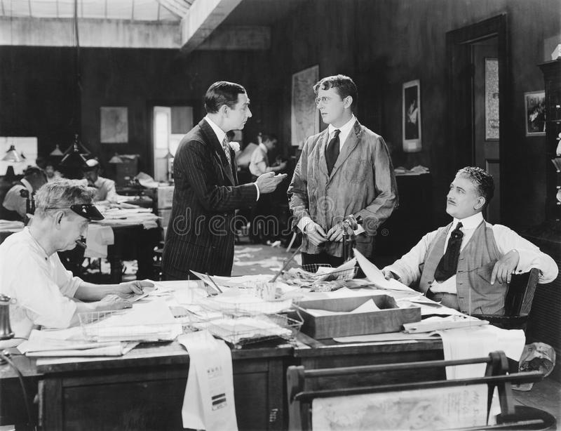Vier mensen op een kantoor (Alle afgeschilderde personen leven niet langer en geen landgoed bestaat Leveranciersgaranties dat er  stock afbeelding