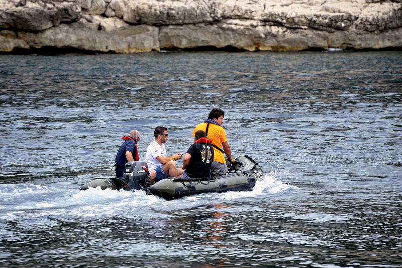 Vier mensen op zee op een kleine opblaasbare motorboot royalty-vrije stock foto