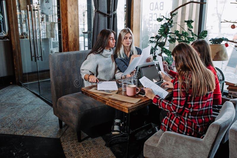 Vier moderne Geschäftsleute, die an Laptop arbeiten stockfoto