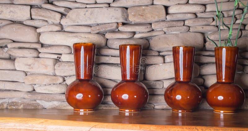Vier mooie ceramische verglaasde vazen stock fotografie