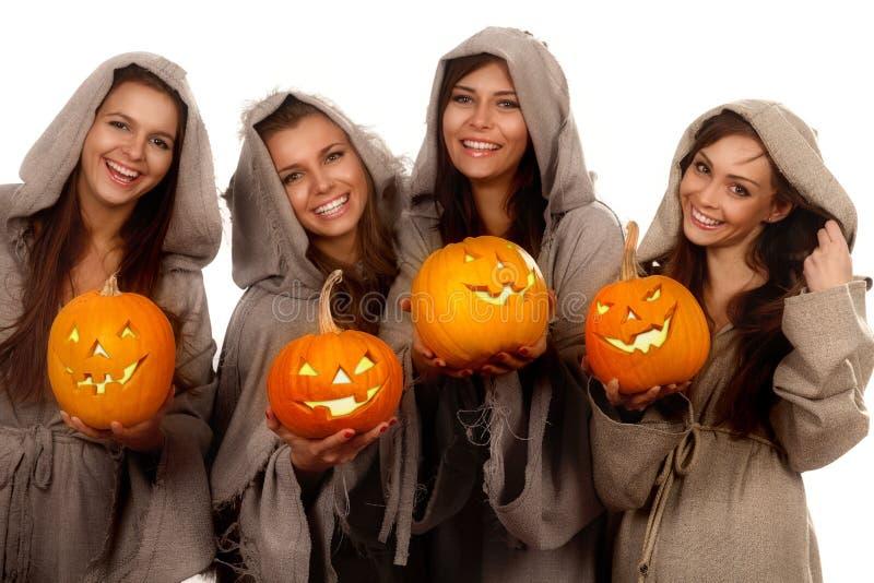 Vier Nonnen, die Halloween-Kürbise anhalten lizenzfreies stockbild