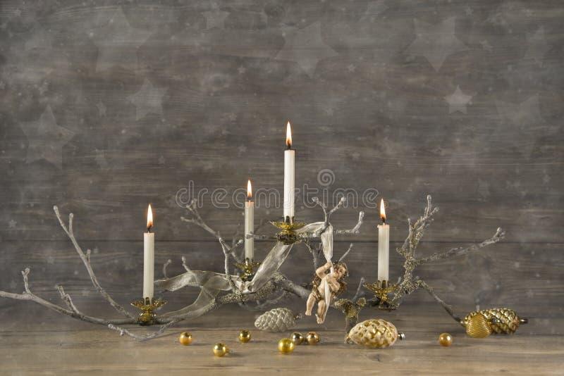 Vier oude brandende komstkaarsen op houten rustieke Kerstmis backg stock fotografie