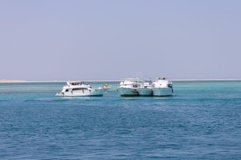 Download Vier parkende Boote stockbild. Bild von weiß, sand, ägypten - 26364893