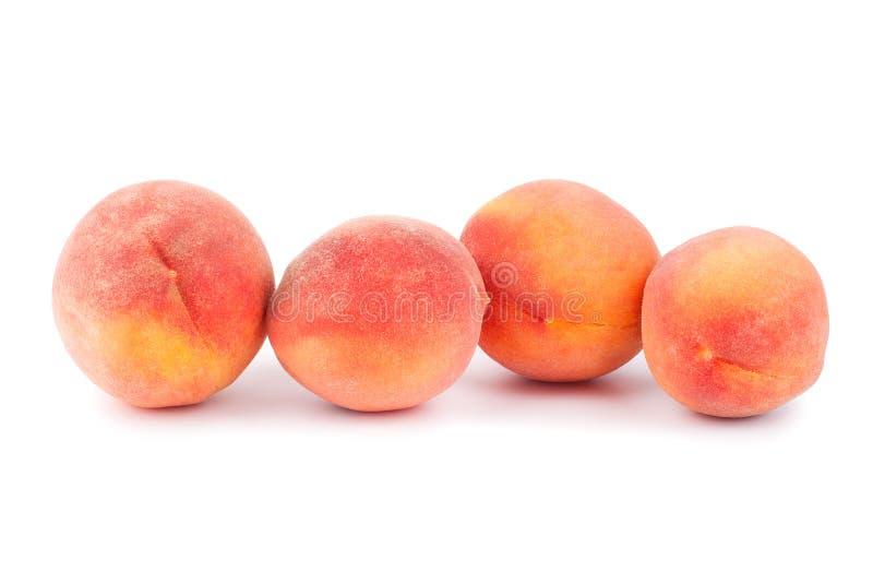 Vier Pfirsiche auf einem weißen Hintergrund nah oben lokalisiert stockfotos