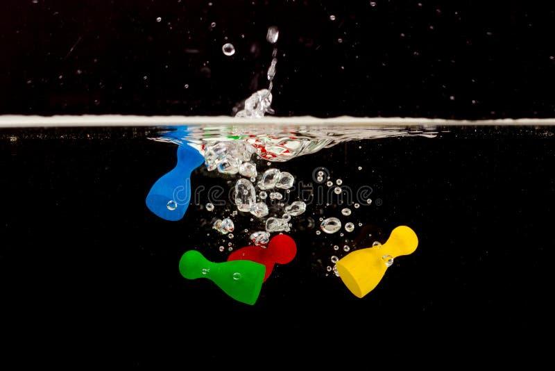 Download Vier Pions Mit Dem Spritzen Des Wassers Stockbild - Bild von studio, weiß: 26362149