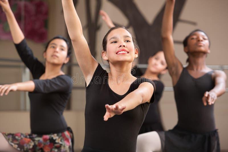 Vier probende Tänzer stockbild