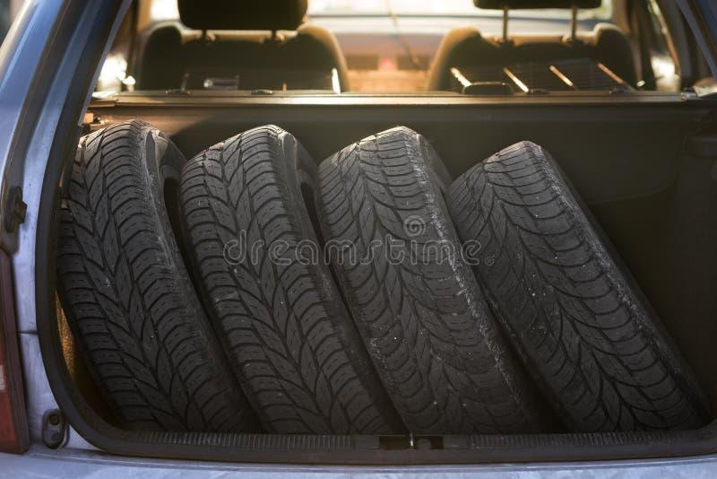 Vier Reifen auf dem Weg zu einer Reifenänderung stockbild