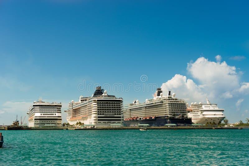 Vier reuzecruiseschepen op een rij bij Nassau haven bahamas royalty-vrije stock foto