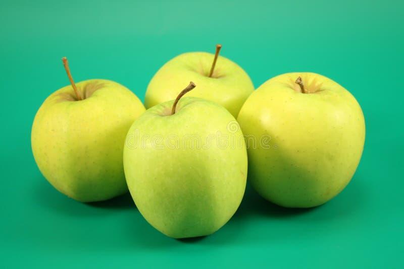 Vier rijpe groene appelen royalty-vrije stock fotografie
